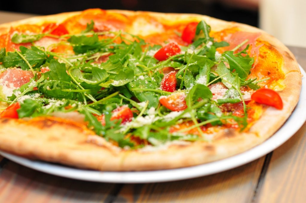 Pizza na telefon – czym się kierować, wybierając pizzerię?
